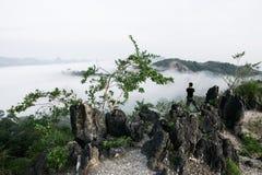 Mountain View de la capa de la nube del fotógrafo Foto de archivo libre de regalías