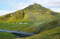 Mountain View de la cascada de Skogarfoss, Islandia Imagenes de archivo