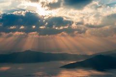 Mountain View de la mañana del otoño con el rayo de sol y la calina Foto de archivo