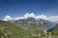 Mountain View de la mucha altitud con la carretera con curvas Imagen de archivo