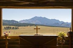 Mountain View de la ventana de la iglesia Imagen de archivo