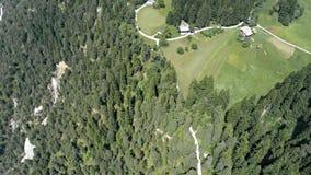 Mountain View de las montañas del valle de Laax 4k aéreo almacen de metraje de vídeo