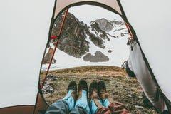 Mountain View de pieds de couples de voyage de l'entrée de camping de tente Image stock