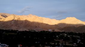 Mountain View de Shanti Stupa, Leh, Inde Images stock