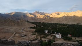Mountain View de Shanti Stupa, Leh, Inde Photo libre de droits