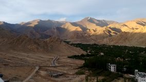 Mountain View de Shanti Stupa, Leh, Inde Photos stock