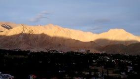 Mountain View de Shanti Stupa, Leh, la India Imagenes de archivo