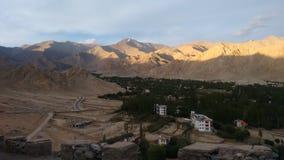 Mountain View de Shanti Stupa, Leh, la India Foto de archivo libre de regalías