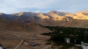 Mountain View de Shanti Stupa, Leh, la India Fotos de archivo