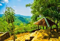 Mountain View de una choza del resto con el bosque y el río Amarillo verdes enormes en el Este de Asia fotografía de archivo