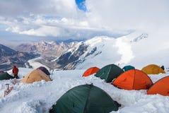 Mountain View del campo 4 del pico de Lenin Los escaladores que se preparan para la cumbre intentan en sus tiendas Fotografía de archivo