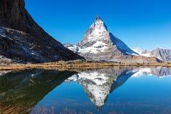 Mountain View del Cervino dal lago Riffelsee sull'alta montagna dentro Fotografie Stock Libere da Diritti
