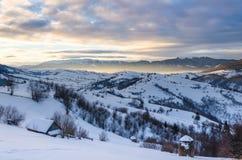 Mountain View del invierno en la cerca de madera del amanecer en la nieve, azul, t verde Fotografía de archivo libre de regalías