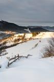 Mountain View del invierno en la cerca de madera del amanecer en la nieve, azul, t verde Foto de archivo libre de regalías