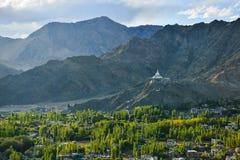 Mountain View del stupa de Leh y de Shanti Foto de archivo libre de regalías