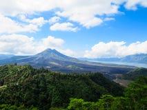 Mountain View del vulcano con il lago, foresta verde fertile, cielo blu e immagine stock libera da diritti