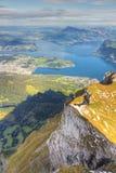 Mountain View dell'Erbaspagna del lago, Immagine Stock Libera da Diritti