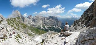 Mountain View della dolomia e dell'uomo Fotografia Stock Libera da Diritti