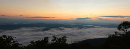 Mountain View di panorama all'aumento del sole con la foschia nel campo fotografia stock