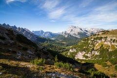 Mountain View e della valle e paesaggio nelle dolomia italiane a Fotografie Stock