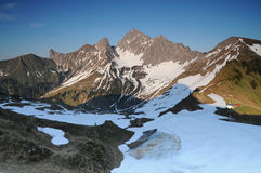 Mountain View en primavera con nieve de fusión Fotografía de archivo