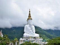 Mountain View et brume et blanc Bouddha chez Khao Kho, Phetchabun Photographie stock