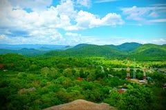 Mountain View et nuages courbes photo libre de droits