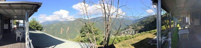 Mountain View exterior de dia ensolarado da estada da casa imagem de stock royalty free