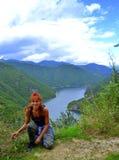 Mountain View femelle heureux de voyageur Photographie stock libre de droits