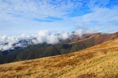 Mountain View Gebirgsanspornungslandschaft mit schönen Wolken lizenzfreies stockfoto
