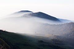 Mountain View hermoso de la capa de la nube Fotos de archivo