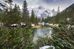 Mountain View hermoso de Tatra en la cala de los pescados Foto de archivo
