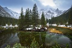 Mountain View hermoso de Tatra en la cala de los pescados Foto de archivo libre de regalías