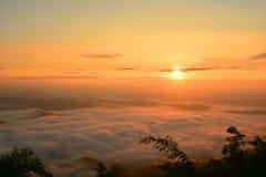Mountain View hermoso del paisaje en el sol que sube con la niebla Imagen de archivo libre de regalías