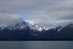 Mountain View innevato d'Alasca dall'acqua fotografie stock libere da diritti