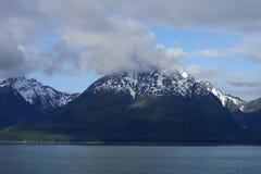 Mountain View innevato d'Alasca dall'acqua immagini stock libere da diritti