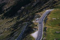 Mountain View maravilloso carretera con curvas de la montaña con muchas vueltas en día del otoño Carretera de Transfagarasan, el  fotografía de archivo