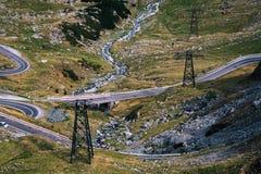 Mountain View maravilloso transmisi?n de poder en lugares dif?ciles de alcanzar, entrega de la electricidad Carretera de Transfag fotos de archivo libres de regalías