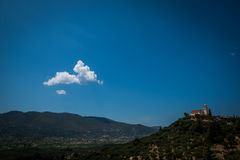 Mountain View med hus och vitmolnet Arkivfoton