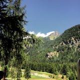 Mountain View met een duidelijke blauwe hemel in Italië stock foto