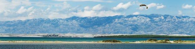 Mountain View mit Meer und Strand Stockfotografie