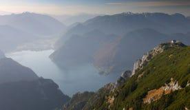 Mountain View mit See darunterliegend Stockfotografie