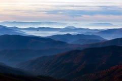 Mountain View mit vielen nebeligen Staplungsstrecken und Vogel stockbilder