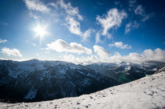 Mountain View na luz solar com nuvens imagem de stock royalty free