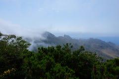 Mountain View nebulosos com o mar no fundo fotografia de stock royalty free