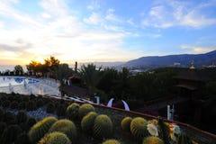 Mountain View nella notte, stagno, giardino, tempo di resto, cielo blu immagini stock libere da diritti