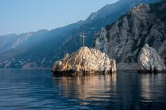 Free Mountain View Of The Island In The Sea With A Wooden Cross Near Mount Athos, Greece Royalty Free Stock Photo - 196413935