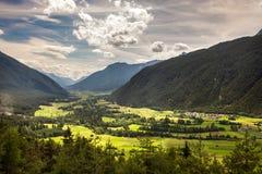 Mountain View panorámicos del pueblo de Dormitz y de Nassereith, Austria Imágenes de archivo libres de regalías