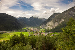 Mountain View panorámicos del pueblo de Dormitz y de Nassereith, Austria Foto de archivo libre de regalías