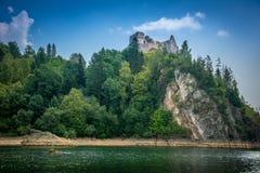 Mountain View, panorama de la montaña, río de la montaña, viaje a las montañas, castillo en Niedzica i Czorsztyn, opinión del cas foto de archivo libre de regalías